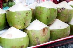 Vendita verde della noce di cocco Fotografie Stock