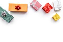 Vendite cyber di lunedì con le scatole per i regali di natale su derisione bianca di vista superiore del fondo su Fotografia Stock Libera da Diritti