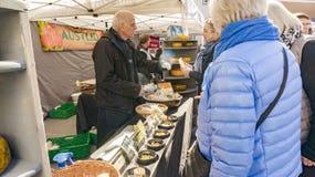 Vendite dei formaggi gialli e blu organici tradizionali Fotografia Stock