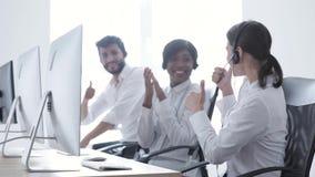 Vendite della call center Operatore felice della donna dopo il riuscito affare video d archivio