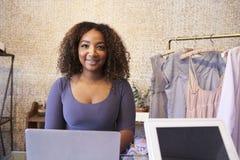Vendite della corsa mista di aiuto al contatore del negozio di vestiti immagine stock libera da diritti
