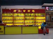 Vendite delle scarpe nel centro commerciale fotografia stock libera da diritti
