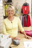 Vendite femminili di aiuto nella memoria di vestiti Immagine Stock Libera da Diritti