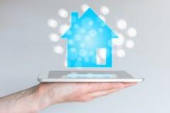 Vendite mobili ed online della proprietà e del bene immobile con lo Smart Phone e la compressa Fotografia Stock Libera da Diritti