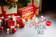 Vendite sulle feste del nuovo anno e di Natale Decorazione festiva con un'iscrizione informativa di uno sconto di 50 per cento pe Immagine Stock