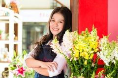 Venditora asiatica in un negozio di fiore Fotografie Stock