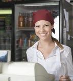 Venditora At Checkout Counter in drogheria Immagini Stock Libere da Diritti