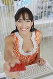Venditora Handing Credit Card di nuovo al cliente Immagini Stock