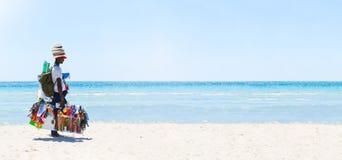 Venditore ambulante alla spiaggia Panorama del mare Fotografie Stock Libere da Diritti