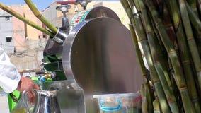 Venditore ambulante che produce il succo zuccherato dello zucchero archivi video