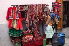 Venditore ambulante che vende abbigliamento variopinto in La Paz, Bolivia Fotografie Stock