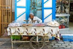 Venditore ambulante dei dolci in Qayrawan, Tunisia fotografia stock libera da diritti