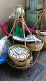 Venditore ambulante della donna del venditore di Streetside Immagini Stock Libere da Diritti