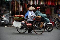 Venditore ambulante a Hanoi, Vietnam fotografia stock