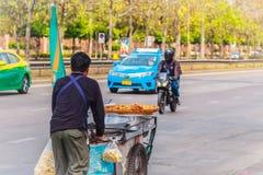 Venditore ambulante non identificato che spinge un carretto mobile della cucina su una st Fotografie Stock Libere da Diritti