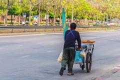Venditore ambulante non identificato che spinge un carretto mobile della cucina su una st Immagine Stock