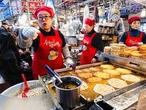 Venditore ambulante tradizionale del pancake del fagiolo della tazza del bindaetteok Fotografia Stock Libera da Diritti