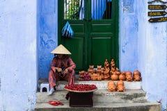 Venditore ambulante vietnamita che vende gli artigianato in Hoi An, Vietnam Immagini Stock