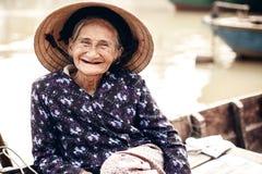 Venditore ambulante vietnamita nella tonalità, Vietnam immagini stock