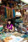 Venditore Bandung Indonesia 2011 del batik Immagini Stock