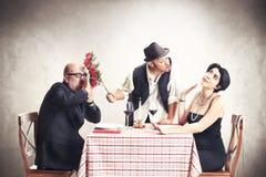 Venditore bastardo delle rose nell'amore con una donna sposata Fotografia Stock