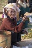 Venditore birmano della donna, mercato di Inthein, Birmania Fotografia Stock