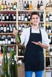 Venditore in bottiglia della tenuta del grembiule di vino Fotografie Stock Libere da Diritti
