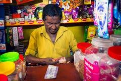 Venditore che conta soldi sul mercato dell'alimento di Colombo Immagine Stock Libera da Diritti