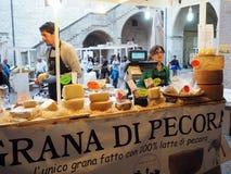 Venditore dei formaggi e delle salsiccie in un mercato di strada nella città di immagini stock libere da diritti