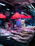 Venditore dei frutti di mare al mercato fotografia stock libera da diritti