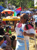 Venditore dei frutti di mare alla spiaggia pubica di Acapulco Immagini Stock