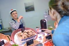Venditore dei frutti di mare che porta cappello francese Fotografia Stock