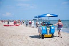 Venditore del gelato su una spiaggia italiana Fotografie Stock Libere da Diritti
