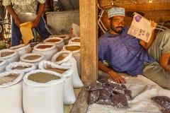 Venditore del mercato di Città Vecchia, città di pietra, Tanzania Fotografia Stock