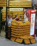 Venditore del succo d'arancia nel lato Immagine Stock