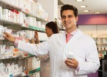 Venditore dell'uomo a di farmacie fotografie stock libere da diritti