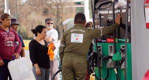 Venditore della benzina nel Messico immagini stock