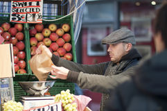 Venditore della frutta che sposta in su la frutta, Londra, Regno Unito, 2011 Fotografia Stock