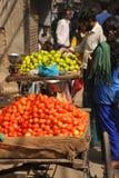 Venditore della frutta. Delhi, India. Immagine Stock