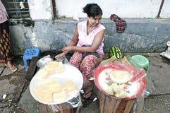 Venditore della frutta sulla via Rangoon myanmar fotografia stock libera da diritti