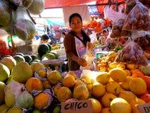 Venditore della frutta in un mercato in Cainta, Rizal, Filippine, Asia Fotografie Stock Libere da Diritti