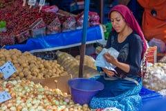 Venditore della giovane donna nel mercato pubblico Fotografia Stock Libera da Diritti