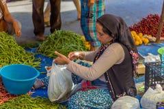 Venditore della giovane donna nel mercato pubblico Fotografie Stock Libere da Diritti