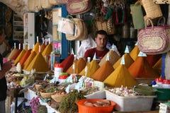 Venditore della spezia in Essaouira, Marocco Immagine Stock