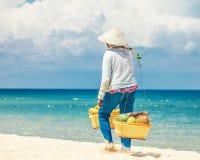 Venditore della spiaggia dei frutti Fotografia Stock Libera da Diritti