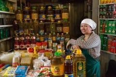 Venditore delle bottiglie di olio al bazar in Oš, Kirghizistan Fotografie Stock