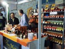 Venditore di aceto balsamico e di varie salse di pasta fotografia stock