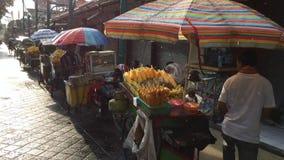 Venditore di alimento della via sulla via di Kuta stock footage