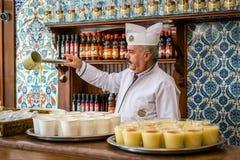 Venditore di Boza a Costantinopoli, Turchia Immagini Stock