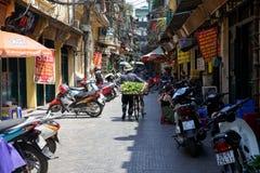 Venditore di fiore vietnamita con la bicicletta sulla via di Hanoi fotografia stock